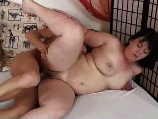 ältere mollige Brünette masturbiert und Ficken mit jungen