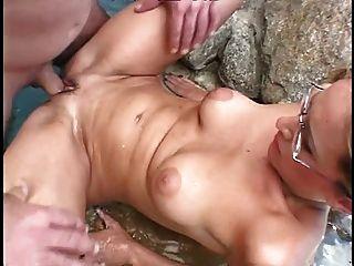 Brille tragenden Frau bekommt mit harten Schwanz ihr Gesicht und Pussy gefickt