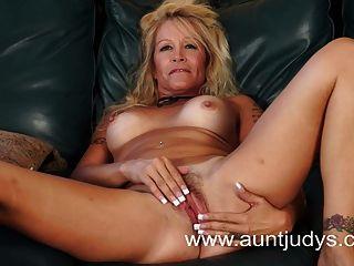 blond MILF Hausfrau Yvette Williams zeigt Ihnen frechen Tits
