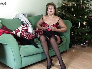 Ältere britische Hausfrau auf ihrer Couch unartig
