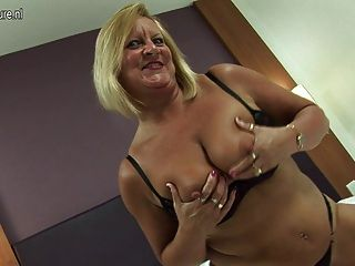 heiße britische Oma liebt ihren Dildo