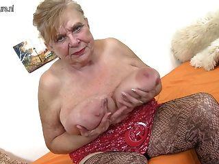 Oma sehr alte Oma mit sehr großen Titten