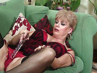 British Granny gefällt sich auf der Couch