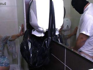 alte Schlampe Mutter bekommt einen Fick auf einer Toilette