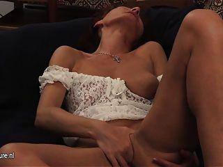 reife Schlampe Mutter mit ihren alten Pussy spielen