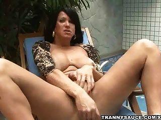 Tranny Füchsin auf ihrem harten Schwanz am Pool zerren