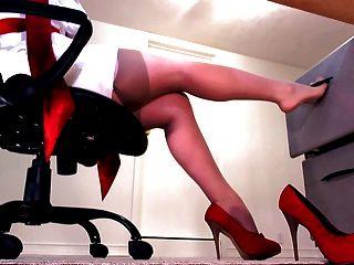 perfekte Beine in nackten Strümpfe und rote Fersen