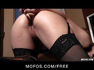 mofos - sexy Dani Daniels ihre Strümpfe vorführt