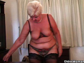 mollig Oma in Strümpfen spielt mit Vibrator