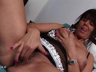 heiße Hausfrau mit ihrem nassen Pussy spielen