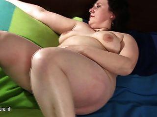 große reife Mutter mit ihren haarigen Pussy spielen