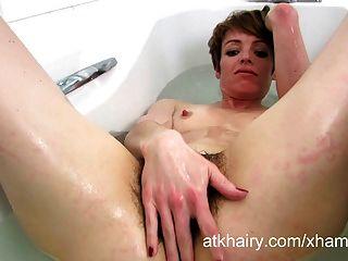 maria wäscht ihre haarigen Busch im Seifenwasser