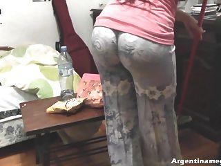 hot runden Arsch jugendlich die Reinigung des Hauses und necken