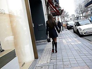 Exhibitionist nackt unter Graben in Louboutin Stiefel + Upskirt