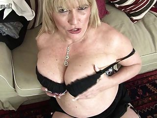 heiße britische Mutter zeigt ihre große Titten und masturbiert