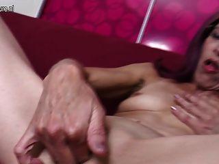 alte dünne Mutter liebt anal und Pussy spielen