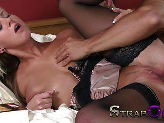 strapon junge Blondine mit großen Titten hat beide gestreckten Löcher