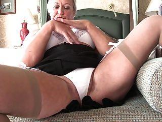 noble britische Großmutter und ihre alte Fotze