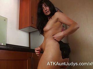 Lelani Tizzie masturbiert in der Küche.