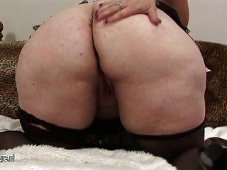 Big Mama zeigt ihre succulant Körper weg