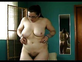 mollig behaarte Muschi, behaarte Gruben, große Titten Trys auf Dessous