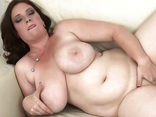 Brünette mit riesigen Titten dildoing
