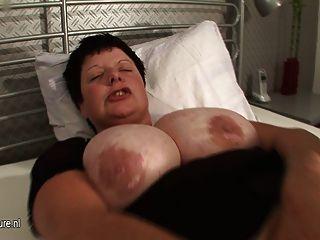 Big Titted Mama spritzt stark, wenn sie Cums