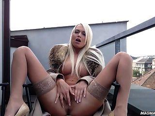 Neue vollbusige blonde Milf fickt ihre Muschi