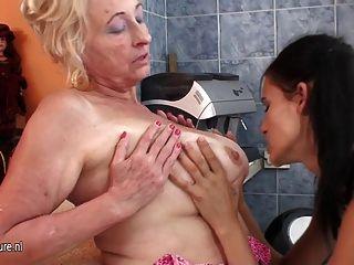 heiße Mädchen, das eine reife lesbische Mutter Fisting