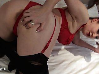 Amateur Rothaarige Mutter-next-door masturbieren