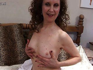 Hot Milf Cums auf ihrem Bett