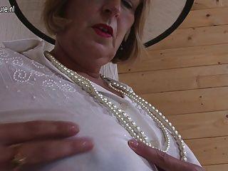 British Granny spielen mit ihren Titten und Pussy
