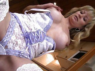 hot blonde Mutter bekommen ihre Pussy nass