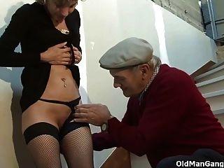 ein Paar und ein verworrenes alter Perverser