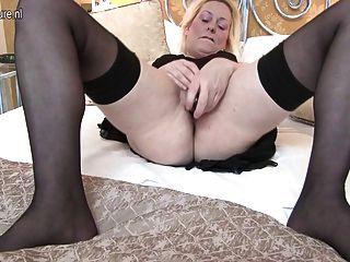 sexy britische Mutter bekommt ihre Muschi ganz nass