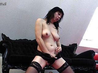 geile Hausfrau Mutter spielt mit ihrer Pussy
