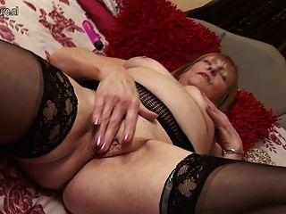 British Granny bekommen ihre alte Pussy nass