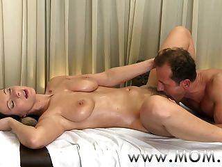 Mutter Brünette hat die Massage ihres Lebens