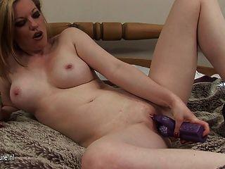 Hot MILF liebt, mit ihrer Pussy zu spielen