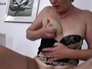 haarige reife Mutter schüttelt ihre alte Fotze