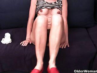 Oma in durchnässt Höschen haarig und geschwollene Fotze fingern