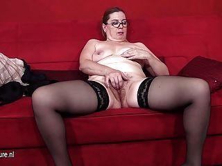 nebenan Amateur Hausfrau spielt mit ihrer Pussy