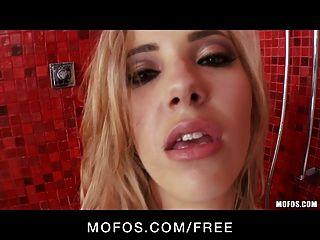 mofos - hot blond sophia Ritter spielt mit sich selbst in der Dusche