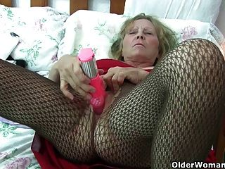 British Granny mit großen Titten gibt ihr fanny eine Behandlung