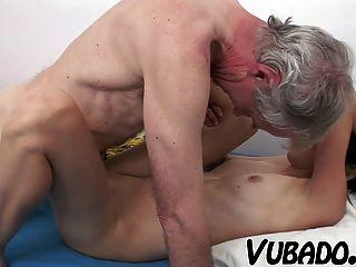 schlanke Brünette von einem alten Mann gefickt !!