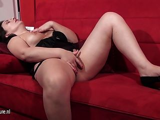 reife europäische Frau auf der Couch masturbiert