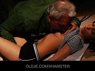 junges Mädchen lehrt alter Mann küssen und ficken