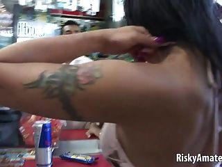 schöne Amateur Mädchen masturbiert in einem Auto
