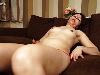 reife Schlampe Mutter mit ihrer Pussy auf der Couch spielen