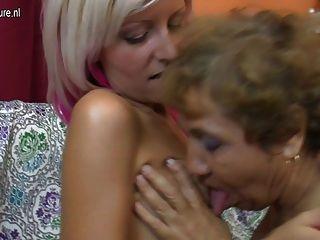alte lesbische Großmutter fickt ein nettes Mädchen